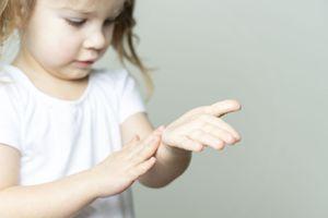 Distributeurs de gel hydroalcoolique : les ophtalmologues alertent sur les risques de lésions oculaires chez les enfants