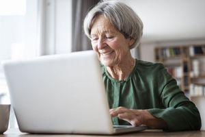 Pendant la pandémie de coronavirus, les seniors isolés apprennent à surfer sur le web