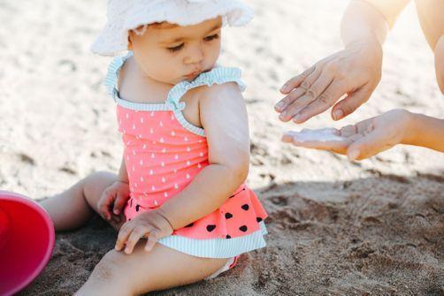 Les bébés sont encore trop mal protégés des dangers du soleil