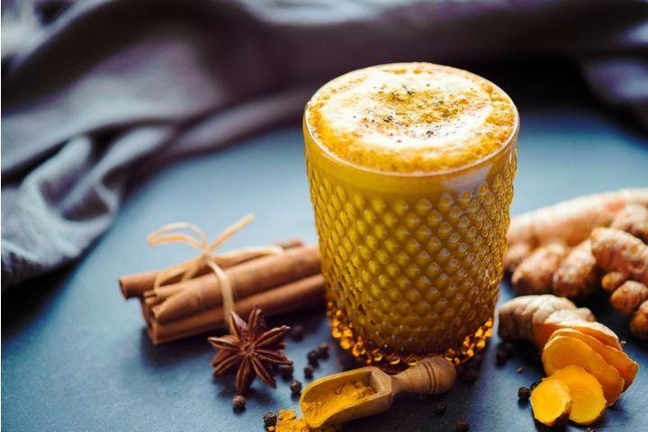 Leche dorada, el capullo y bebida saludable del invierno.