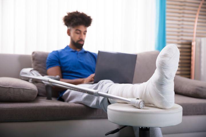 Plâtre et attelle de la jambe