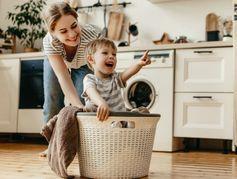 Tâches ménagères : que peut-on confier à son enfant en fonction de son âge ?