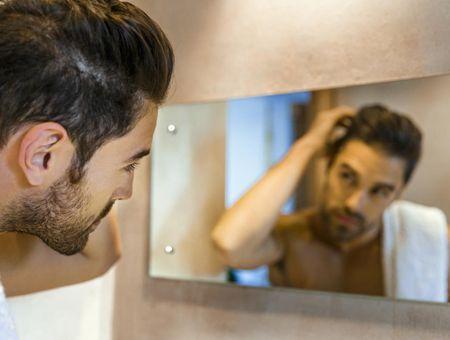Cheveux gras chez l'homme : que faire ?