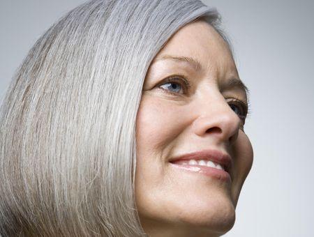 Comment prendre soin de ses cheveux blancs ?