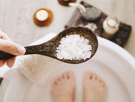 Bain de pieds : bienfaits, douleurs, remèdes
