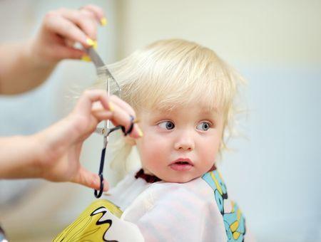 La première coupe de cheveux de bébé