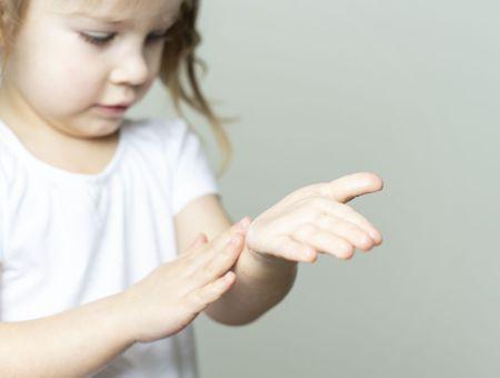 Distributeurs de gel hydroalcoolique : des risques de lésions oculaires chez les enfants