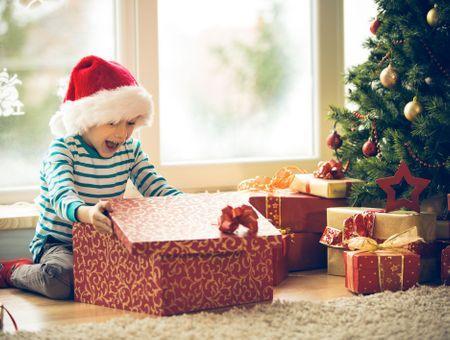 Enfants (trop) gâtés : comment doser les cadeaux de Noël ?