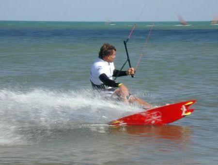 Décollez des vagues en kite-surf