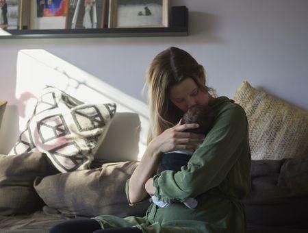 Anxiété postnatale : définition, symptômes et prise en charge