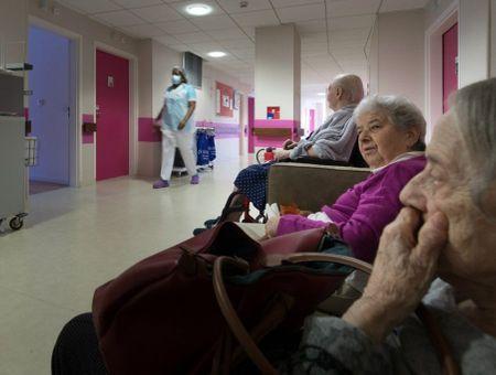 Coronavirus : la France exclut un confinement imposé pour les personnes âgées