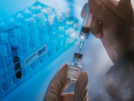 "Covid-19: le vaccin en un an, ""un exploit scientifique"""