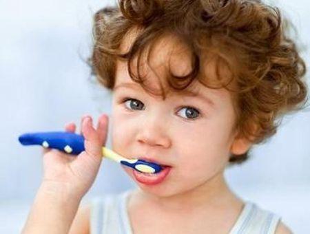 Brossage des dents de bébé : quand commencer ?