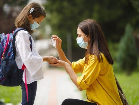 Gel hydroalcoolique : est-il dangereux pour les enfants ?