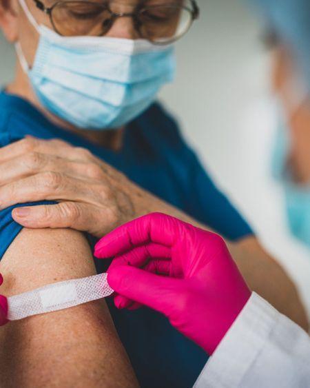 """""""Aucun danger"""" à se faire vacciner contre la grippe et le Covid-19 en même temps, selon la HAS"""