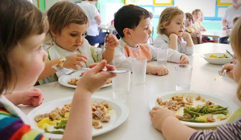 Les plats servis dans les cantines scolaires sont préparés parfois jusqu'à cinq jours à l'avance, révèle une enquête de France Télévisions