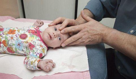 osteopathie-nourrissons-pratique-efficace-ou-dangereuse