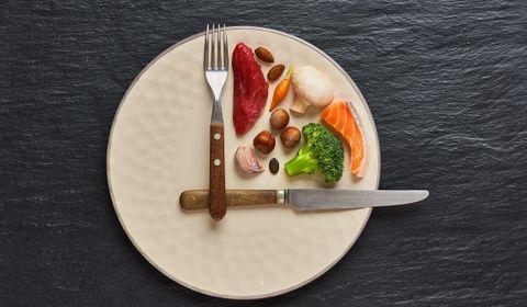 Tendance alimentaire en vogue, le jeûne intermittent séduit les personnes qui souhaitent perdre du poids. Attention toutefois à bien l'appliquer pour ne pas produire l'effet inverse, prévient le médecin nutritionniste Arnaud Cocaul.