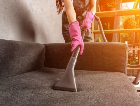 Astuces naturelles pour nettoyer une tâche sur une canapé en tissu
