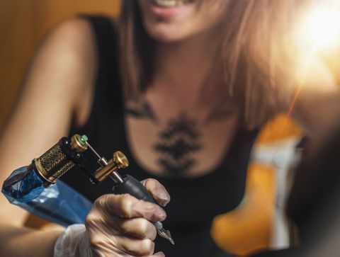 Tatouage entre les seins : 10 idées de tattoos pour sublimer votre poitrine