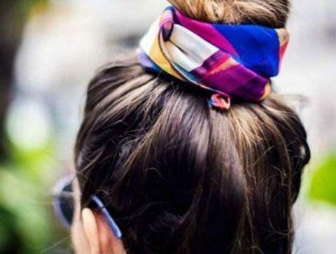 High bun avec un foulard - 40 coiffures à adopter quand il fait chaud