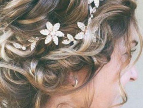 Coiffure De Mariage Chignon Flou Et Fleurs Coiffure De Mariage 2020 Des Modeles Pour Rever