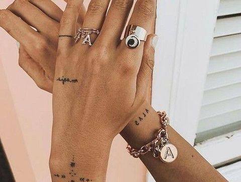 Tatouages symboles et phrases - 20 idées de tatouages pour sublimer vos mains