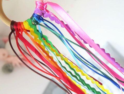 Un hochet arc-en-ciel - DIY : 10 jouets pour bébé à fabriquer soi-même