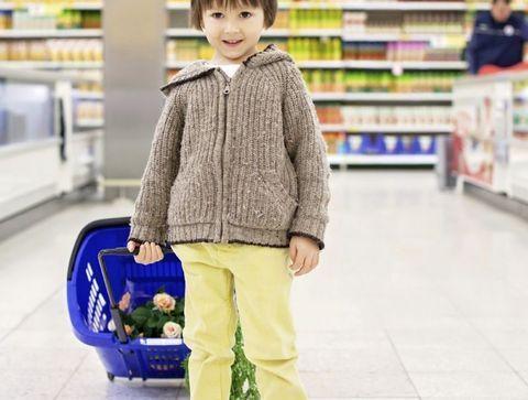 Au supermarché, limiter les emballages - Apprendre à vos enfants à préserver l'environnement en s'amusant