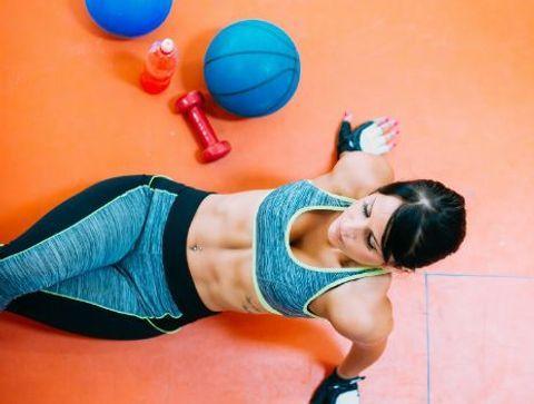 Crunch inversé - Circuit training : un parcours sportif pour un corps tonique !