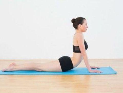 La posture du chien museau face au ciel (ou urdhva-mukha-svanâsana) - Yoga débutant : les postures les plus faciles