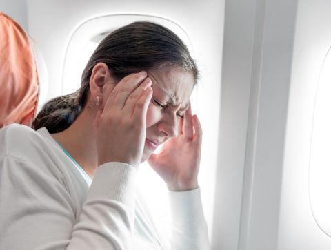 Maux de tête en avion : que sont les céphalées barotraumatiques ?