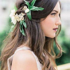 Coiffure de mariage cheveux lâchés avec tresse et bijou fleuri