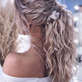 Coiffure de mariage cheveux ondulés et attachés