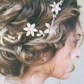 Coiffure de mariage chignon flou et fleurs