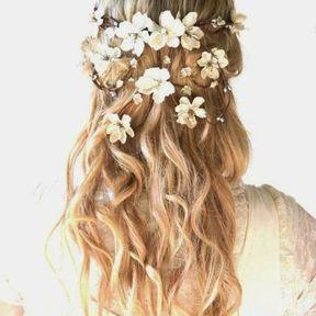 Coiffure de mariage ondulations et fleurs