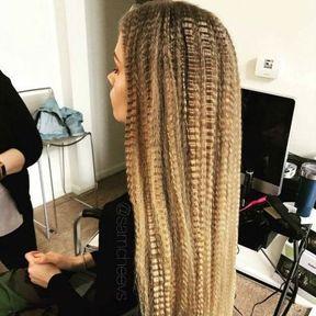 Cheveux longs et gaufrés
