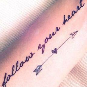 Tatouage avec phrase sur l'avant-bras