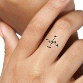 Tatouage boussole au doigt