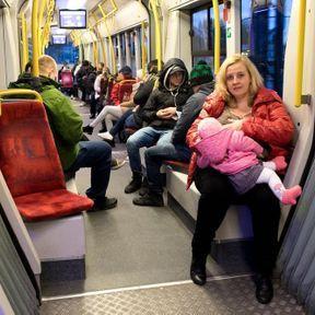 Pologne: femme allaitant dans les transports en commun
