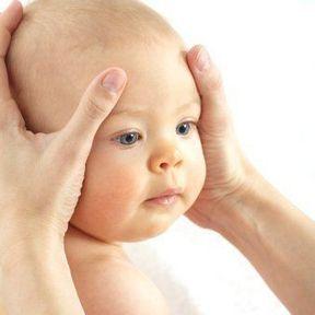 Massage de bébé : le visage et la tête