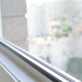 Des moustiquaires sur les portes et les fenêtres