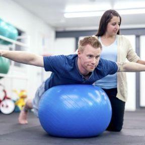 Exercice 8 : Tenir en équilibre à genoux sur le ballon, dos droit et les bras à l'horizontal