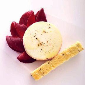 Crottin de Chavignol sur sa rosace de betterave et son shortbread au carvi