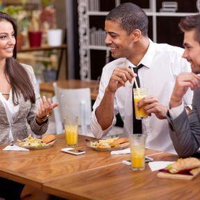 Déjeunez et sortez avec vos collègues