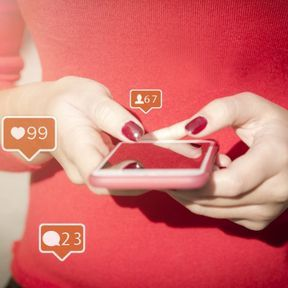 Vous scrutez ses réseaux sociaux