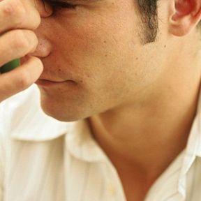 Geste 3 : il se carresse l'arrête du nez